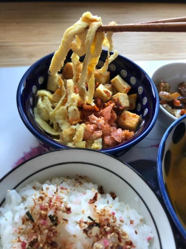 Kuchnia japońska: siekane tamagoyaki + miso shiru + tofu + suimono