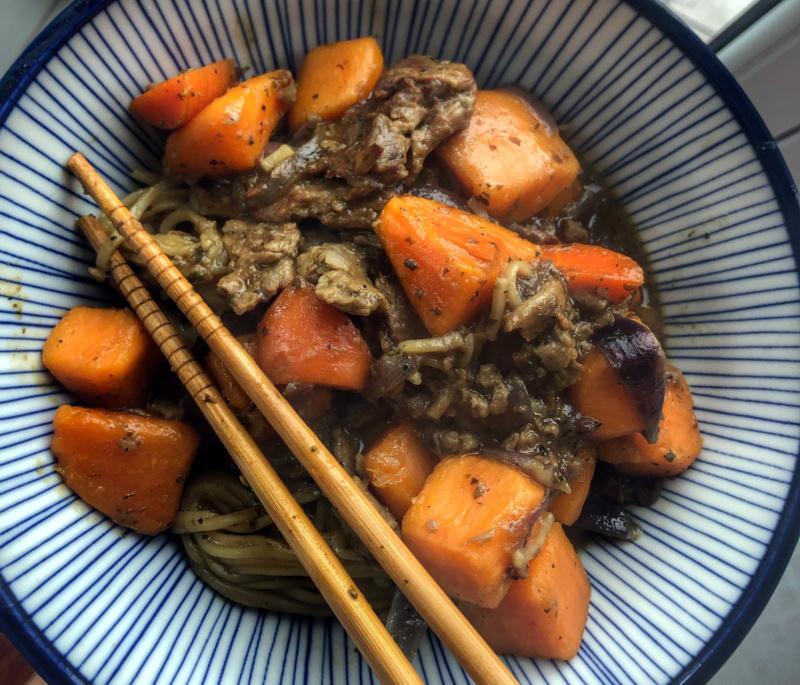 Japońska kuchnia wegańska: wegańska nikujaga (biigan nikujaga)