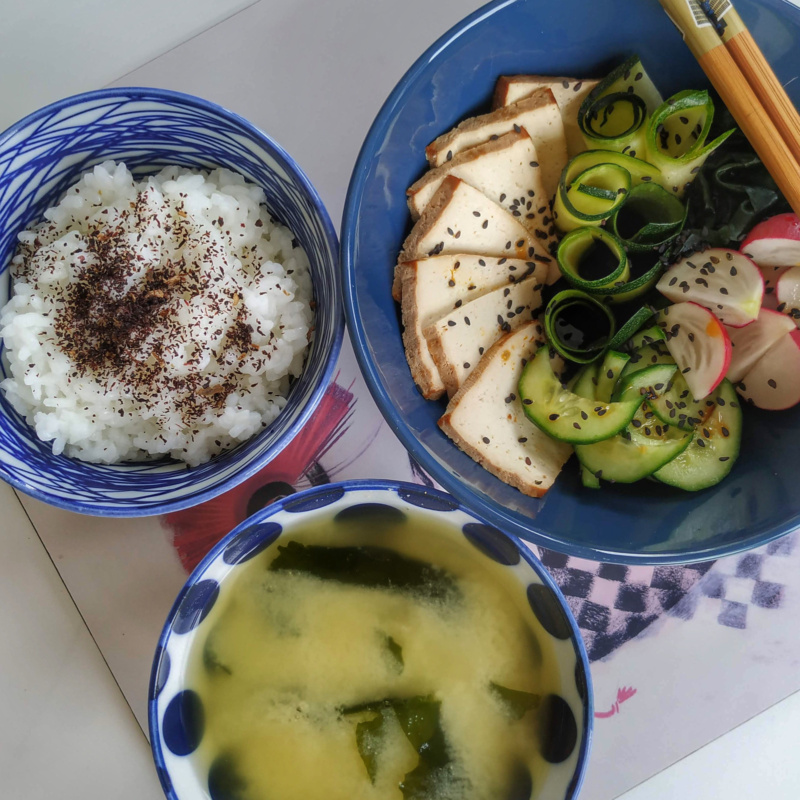 Kuchnia japońska: wegańskie japońskie śniadanie ztofu iwarzywami