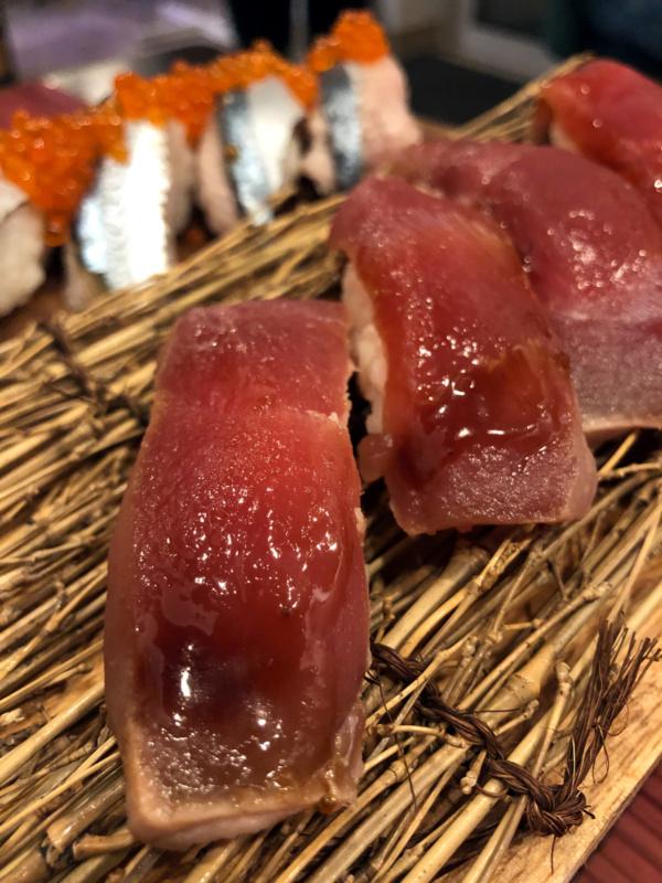 Buri Sushi kolacja degustacyjna: akami zuke nigiri zushi (seasoned tuna nigiri)